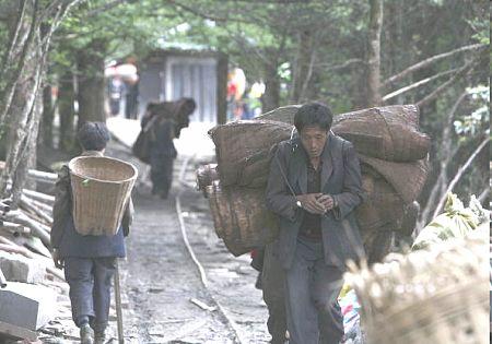 Грузчики в горах Эмэй. Фото: Getty Images