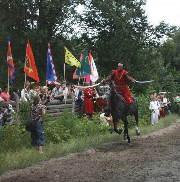 Козаки і кримські татари влаштували лицарський турнір на Мамаєвій Слободі, 19 червня 2010. Фото: Євген Довбуш/The Epoch Times