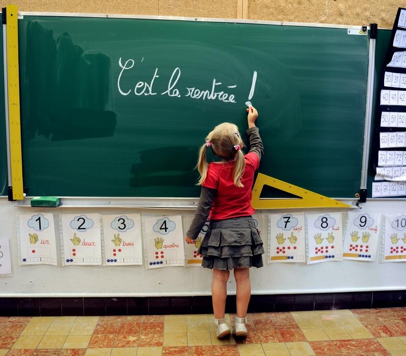 Бетюн, Франція, 28 серпня. Дівчинка пише на дошці «Починається новий навчальний рік». Фото: DENIS CHARLET/AFP/GettyImages