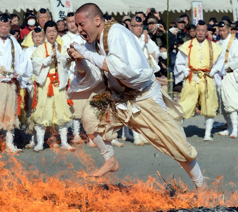 Нагаторо, Японія, 3 березня. Ходіння по розжареному вугіллю під час свята весни, за місцевими уявленнями, очищає тіло та душу. Фото: TOSHIFUMI KITAMURA/AFP/Getty Images
