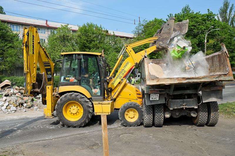 Купа будівельного сміття висипалася на дорогу в Києві. Фото: Велика Епоха