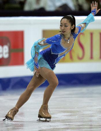 Мікі Андо (Японія) виконує коротку програму. Фото: YURI KADOBNOV/AFP/Getty Images
