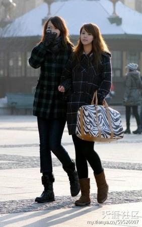 Стильно одягнені жінки йдуть жвавими вулицями Харбіна, червень 2012 року. Вже 2-й рік поспіль Харбін визнали містом, у якому живуть найвродливіші жінки Китаю. Фото: my.tianya.cn