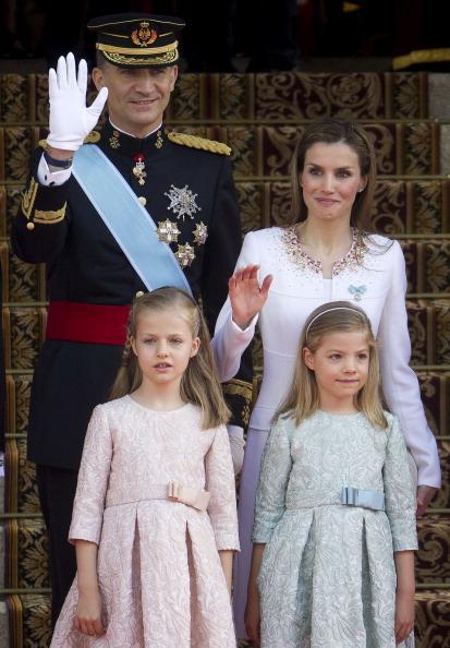 Король Феліпе VI, королева Летиція, принцеса Астурійська Леонор, принцеса Софія прибули для офіційної церемонії в парламенті Іспанії, 19 червня 2014 року, Мадрид. Фото: Emilio Naranjo /EFE - Pool Getty Images
