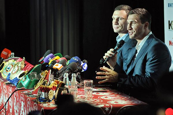 Братья Владимир и Виталий Кличко представили свои чемпионские пояса и пообщались с журналистами в Киеве 7 июля 2011 года7 Фото: Владимир Бородин/The Epoch Times Украина