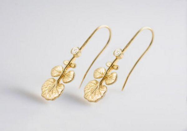 Современный стиль: золотые серьги с растительными мотивами. Фото: www.OdeToOrigin.com