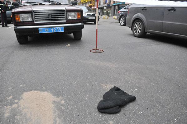Маска грабителя на дороге возле места преступления. Фото: Владимир Бородин/The Epoch Times Украина