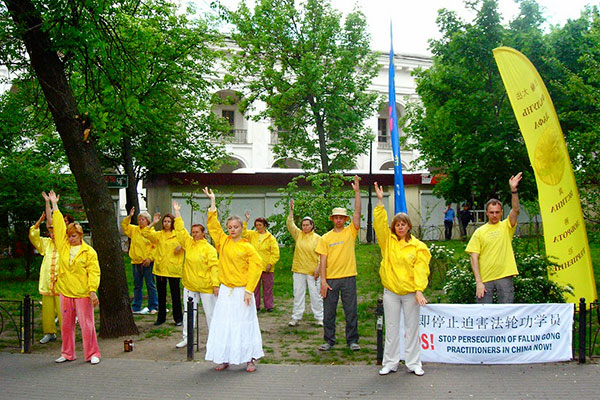 Последователи Фалуньгун выполняют упражнения цигун и медитацию во время акции на Крещатике 14 мая 2011 года. Фото: The Epoch Times Украина