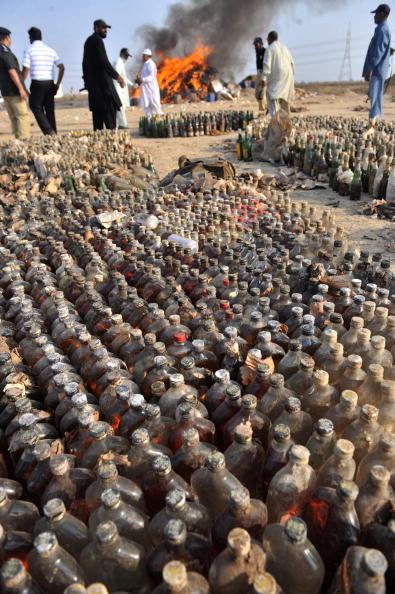 Пакистанские чиновники жгут алкоголь и наркотики в Карачи. Всего было изъято 105 килограммов героина и более 42 000 килограммов гашиша. Пакистан. 2 февраля 2010. Фото: RIZWAN TABASSUM/AFP/Getty Images