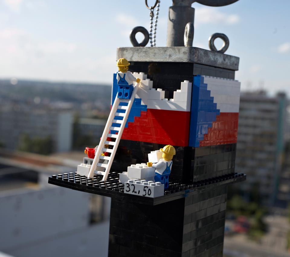 У Чехії спорудили найвищу в світі башту з конструктора Lego. Фото: facebook.com/LEGOvez