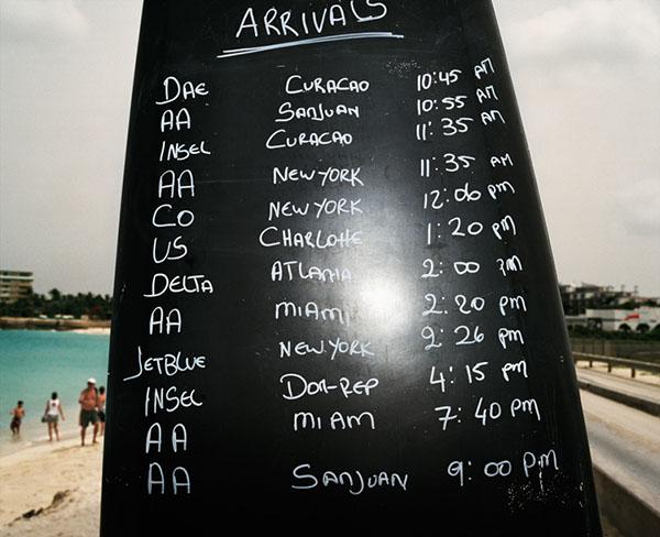 Любителей экстремальных ощущений прямо на пляже информируют о времени прибытия самолетов. Фото: thomasprior.com