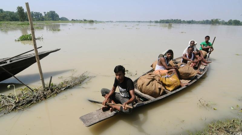 Гуджавати, Индия, 28 сентября. Жители местной деревни перевозят пожитки, спасаясь от наводнения. Фото: BIJU BORO/AFP/GettyImages