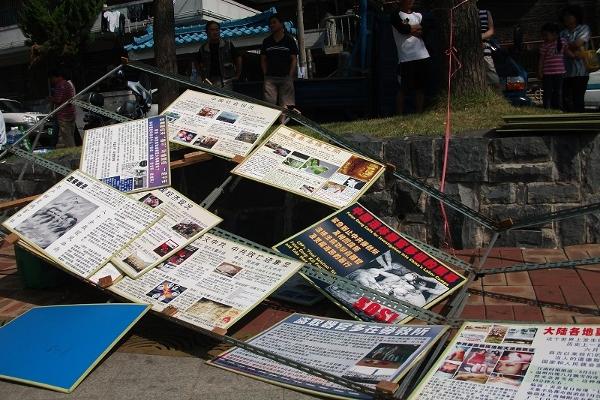 Бандити зруйнували рекламні щити. Фото: The Epoch Times
