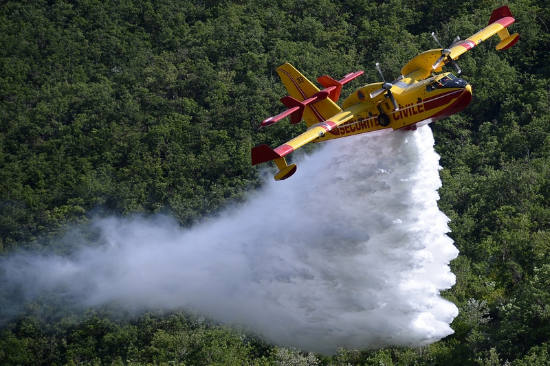 Динь-ле-Бен, Франция, 16 июля. Самолёт Canadair сбрасывает воду в рамках демонстрационного тушения лесного пожара. Фото: BORIS HORVAT/AFP/GettyImages