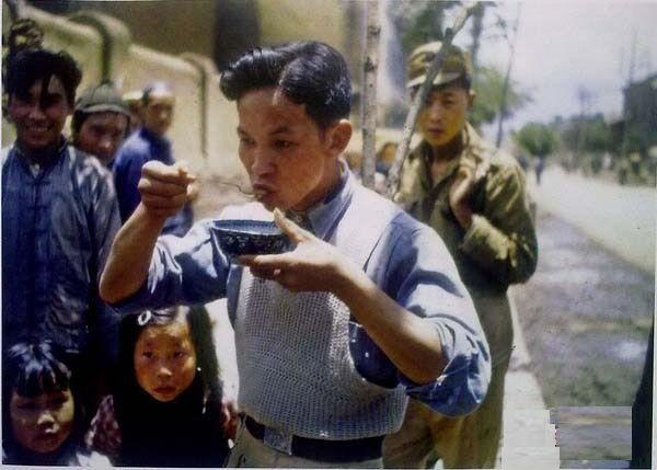 Житель міста Куньмін з модною зачіскою пробує американську їжу. Провінція Юньнань в 1945 році