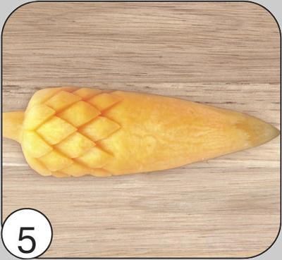 В шахматном порядке относительно предыдущего ряда вырезать следующий ряд. Снова подрезать площадку для следующего уровня чешуек. Сделать столько рядов, сколько позволит размер заготовки.