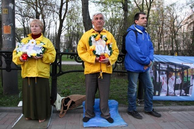 Послідовники Фалунь Дафа в Києві провели акцію біля китайського посольства, щоб засудити репресії. Фото: Володимир Бородін/Велика Епоха