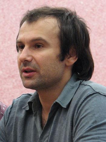 После концерта Святослав отвечал на вопросы журналистов. Фото: Юлия Ламаалем/Великая Эпоха