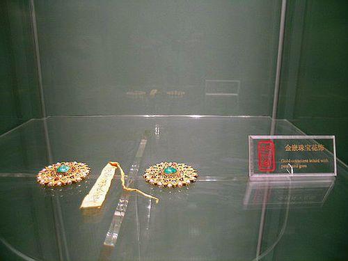 Прикраса з дрібних перлів. Фото із secretchina.com