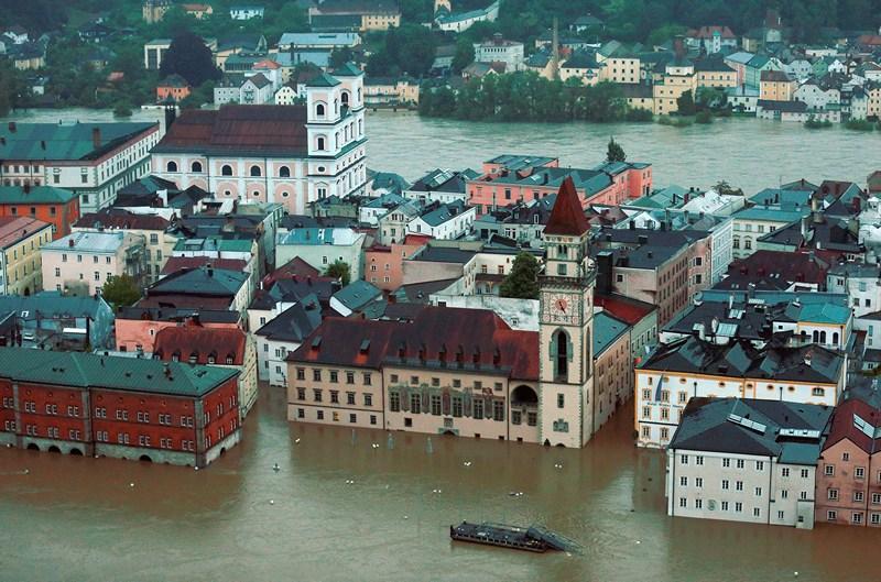 Пассау, Німеччина, 3 червня. Повінь, викликана сильними дощами, затопила «місто трьох річок», що розташоване в місці злиття річок Дунай, Інн та Ільц. Фото: Johannes Simon/Getty Images