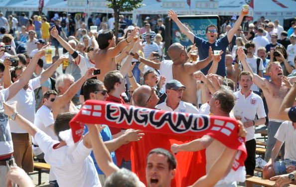 Фани збірної Англії веселяться у фан-зоні в центрі Києва 24червня 2012перед матчем Англія — Італія. Фото: GENYA SAVILOV/AFP/Getty Images