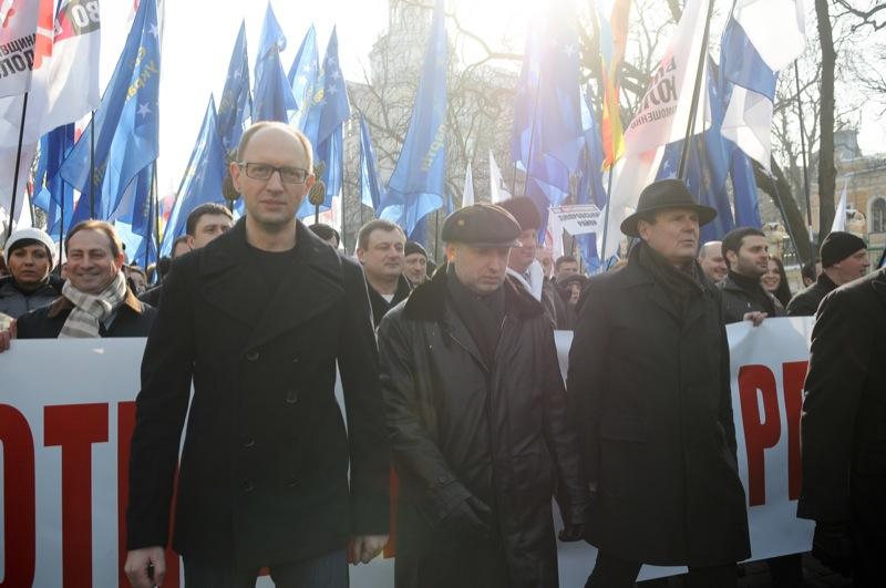 Арсений Яценюк, Олександр Турчинов и Юрий Одарченко (слева направо) во время протеста оппозиции в Киеве 25 февраля 2013 года. Фото Владимир Бородин/Великая Эпоха
