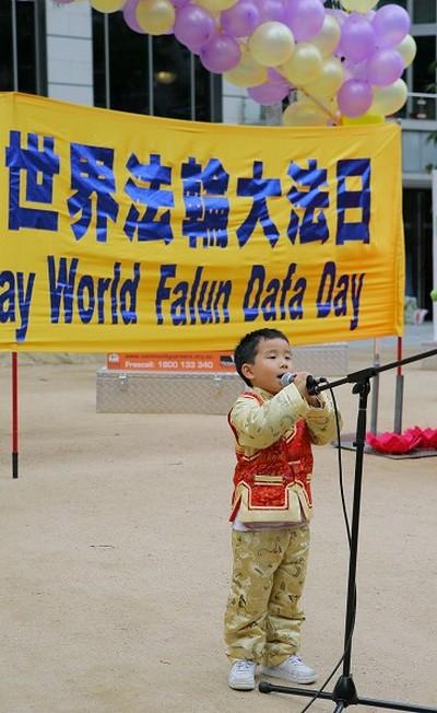 Юний послідовник Фалуньгун співає пісню. Фото: Чен Мін/ The Epoch Times