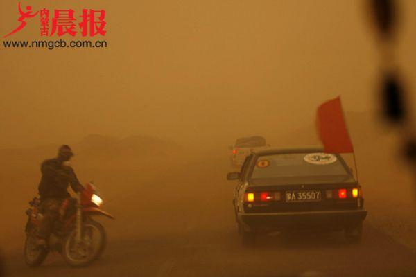 Пылевой вихрь с песком во Внутренней Монголии. Фото с epochtimes.com