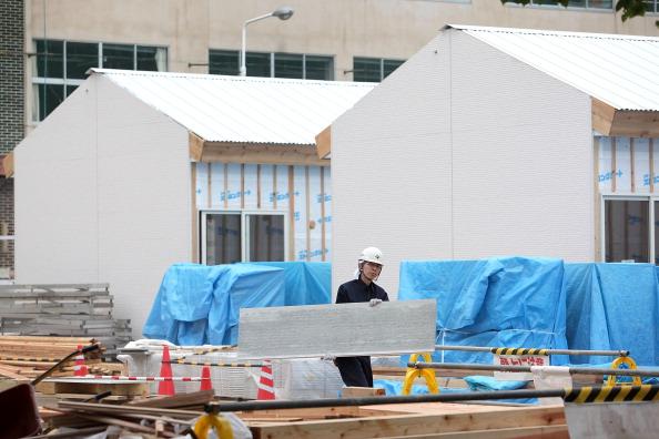 Строитель сооружает временное жилье для пострадавших в результате катастрофы жителей в г. Отсучи, префектура Иватэ. Фото: Kiyoshi Ota/Getty Images