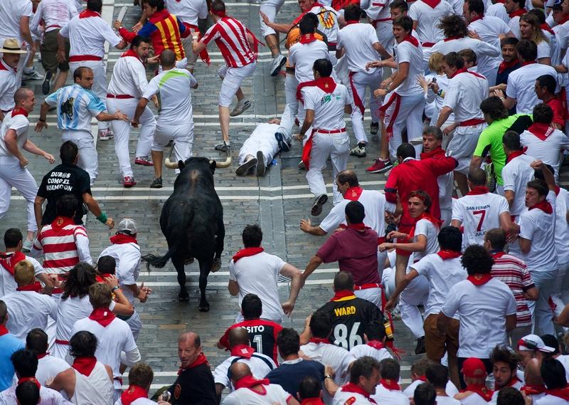Памплона, Испания, 9 июля. Участники фестиваля Сан-Фермин убегают от быков. Фото: Jasper Juinen/Getty Images