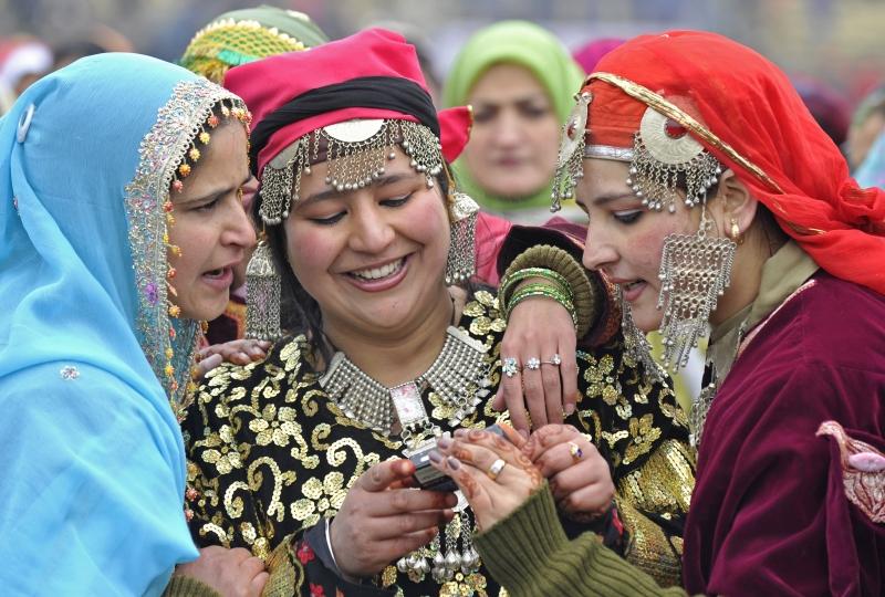 Женщины в традиционных костюмах штата Кашмир. Шринагар, Индия. Фото: TAUSEEF MUSTAFA/AFP/Getty Images