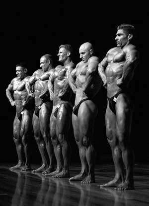 Конкурсанті демонструють свої досягнення в бодібілдингу перед суддями. Фото: Getty Images, автор: Камерон Спенсер