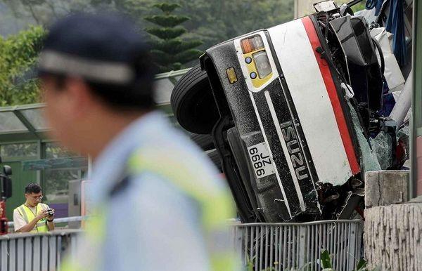Серьёзная авария произошла в Гонконге за день до прибытия олимпийского факела. Фото: AFP