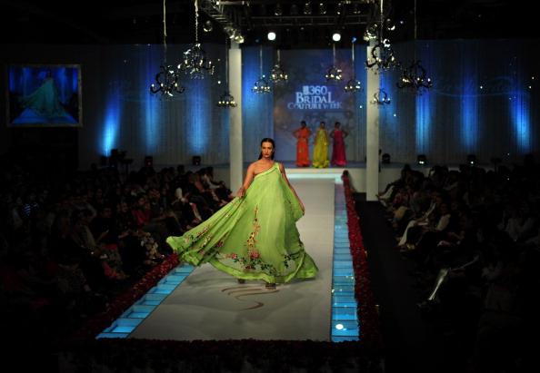 Показ колекції від La Chantalby Saba на Пакистанському тижні моди. Фото: Photo credit should read ASIF HASSAN/AFP/Getty Images