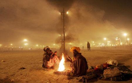 Паломники греются возле костра. Аллахабад. Индия. (20.01.2007) Фото: Mario Tama/Getty Images