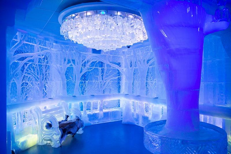 Нью-Йорк, США, 9 июля. В городе открылся ледяной бар «Минус 5» (название — температура внутри бара). Изготовленный из 90 тонн льда бар рассчитан на 55 посетителей. Фото: Andrew Burton/Getty Images