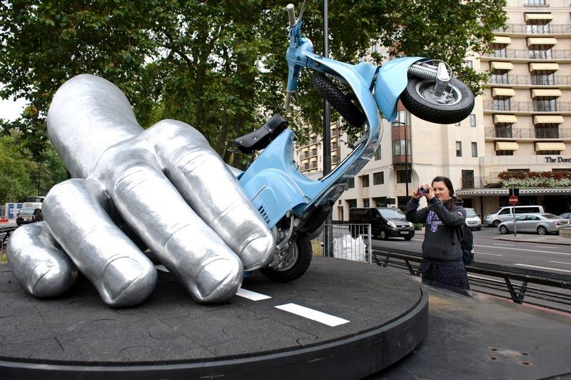 Лондон, Англия, 30 сентября. На Парк-Лейн установлена скульптура Лоренцо Куинна «La Dolce Vita» (сладкая жизнь) в знак памяти о счастливом времени, проведённом скульптором в Риме. Фото: Ben Pruchnie/Getty Images for Halcyon Gallery