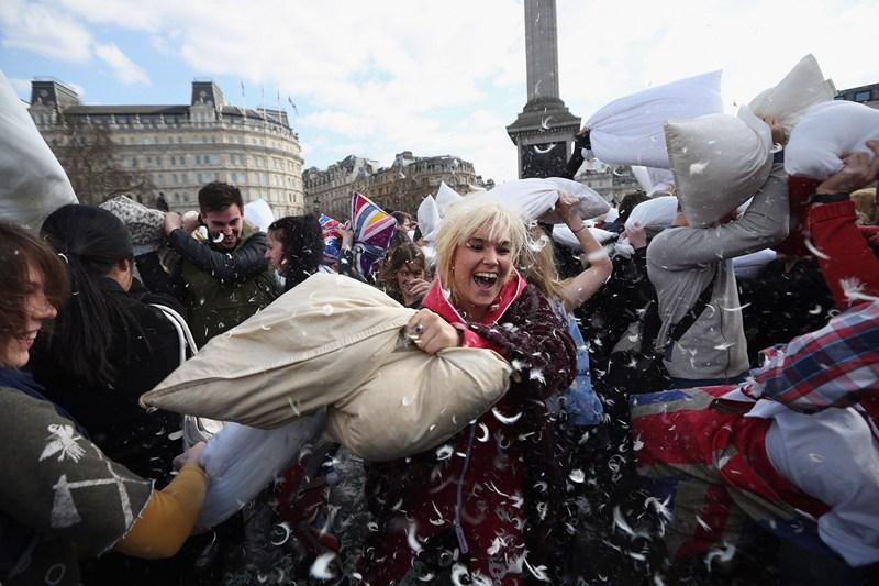 Лондон, Англія, 6 квітня. Кілька сотень містян відзначили на Трафальгарській площі «Всесвітній день подушкових боїв». Фото: Oli Scarff/Getty Images