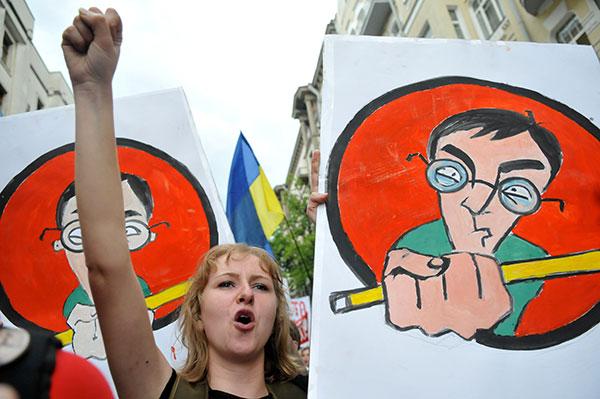 Девушка возле АП во время акции протеста против законопроекта «О высшем образовании» 25 мая в Киеве. Фото: Владимир Бородин/The Epoch Times