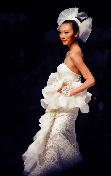 Весільна колекція від Tsai Meiyue''s на Тижні моди в Пекіні. Фото LILIAN Wu/afp/getty Images