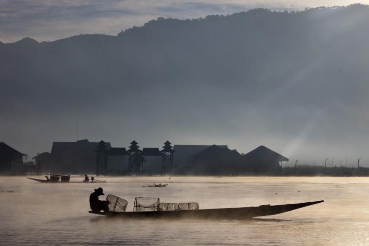 Подорож до Бірми: Рибак ловить рибу на озері Інле. Фото: Paula Bronstein/Getty Images