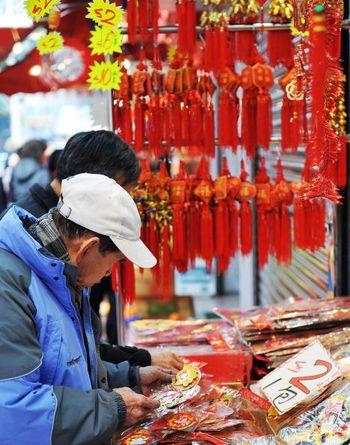 Пекин. Люди покупают новогодние украшения. Фото: TEH ENG KOON/AFP/Getty Images