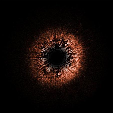 9 декабря 2004 г. «Хаббл» сделал снимок (в нереальных цветах) сходной с Солнцем звезды желтого карлика HD 107146, вокруг которой виден пылевой диск. HD 107146 находится на расстоянии 88 световых лет от Земли. Фото: NASA/ESA