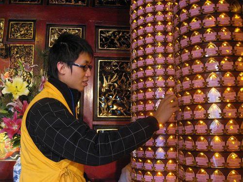Храм Луншань в Тайбэе. Лампочки начинают гореть в ночь перед Новым годом. Фото: Центральное агентство новостей