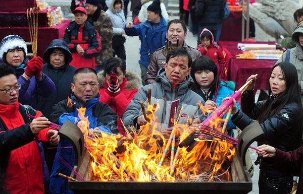 Во время празднования Нового года китайцы идут в храмы возжигать благовония и молиться. Фото с epochtimes.com