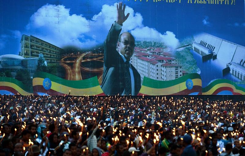 Аддис-Абеба, Эфиопия, 30 августа. Десятки тысяч свеч зажглись на площади Мескел в память о скончавшемся бывшем премьер-министре Мелес Зенави. Фото: CARL DE SOUZA/AFP/GettyImage