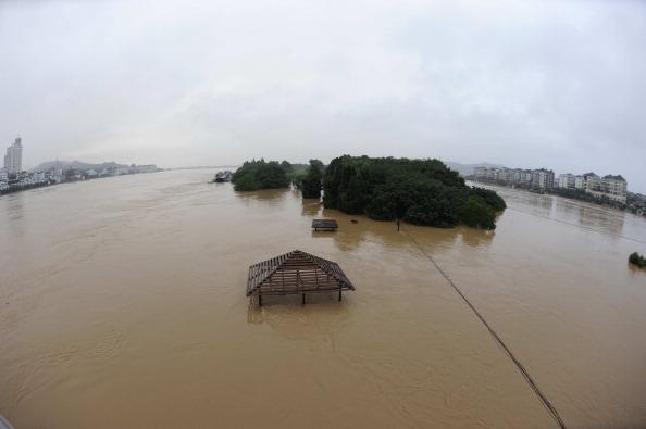Наводнение в г. Ланси, провинция Чжэцзян. Фото: STR/AFP/Getty Images