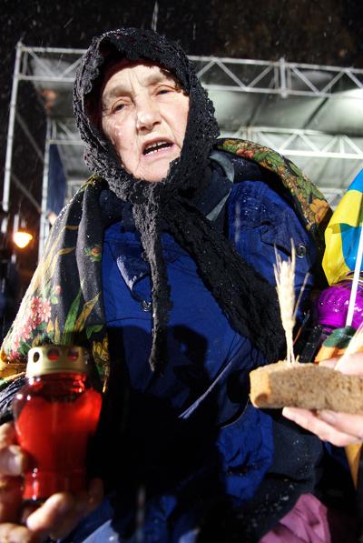 Церемония чествования памяти жертв Голодомора в Украине в Киеве возле мемориального знака «Свеча памяти». Фото: Владимир Бородин/The Epoch Times