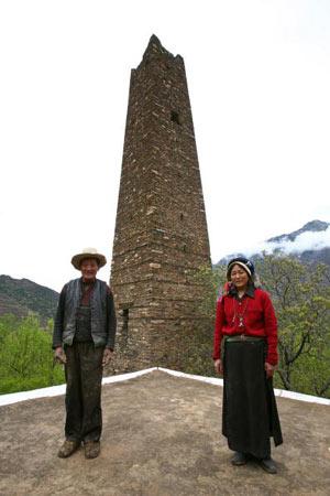 Тибетские супруги стоят перед башней. Фото: China photos/ Getty image