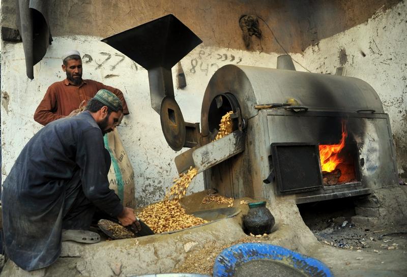 Джалалабад, Афганистан, 8 декабря. Рабочие в кустарных условиях жарят арахис, отправляемый впоследствии на экспорт. Фото: Noorullah Shirzada/AFP/Getty Images
